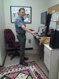 pracownik w biurze